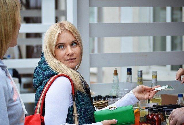 platící blondýna.jpg
