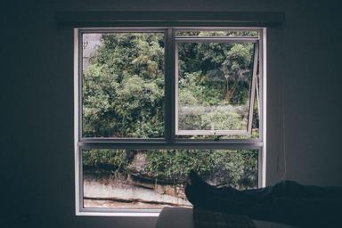 nestíněné okno